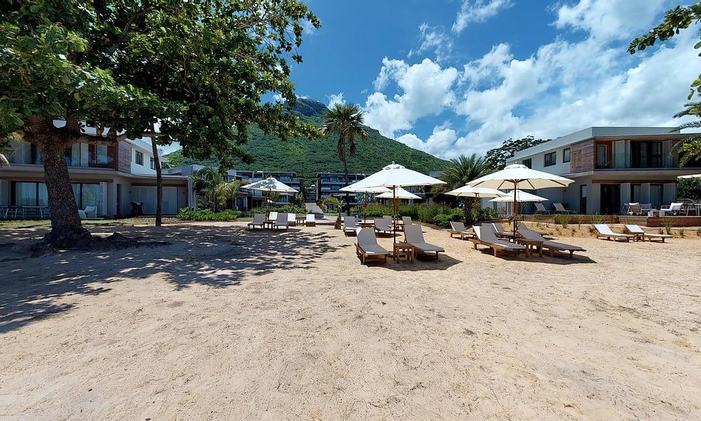 Manta Cove beach sun beds view of apartmetns-min