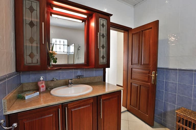 Villa-Tamarin-bathroom