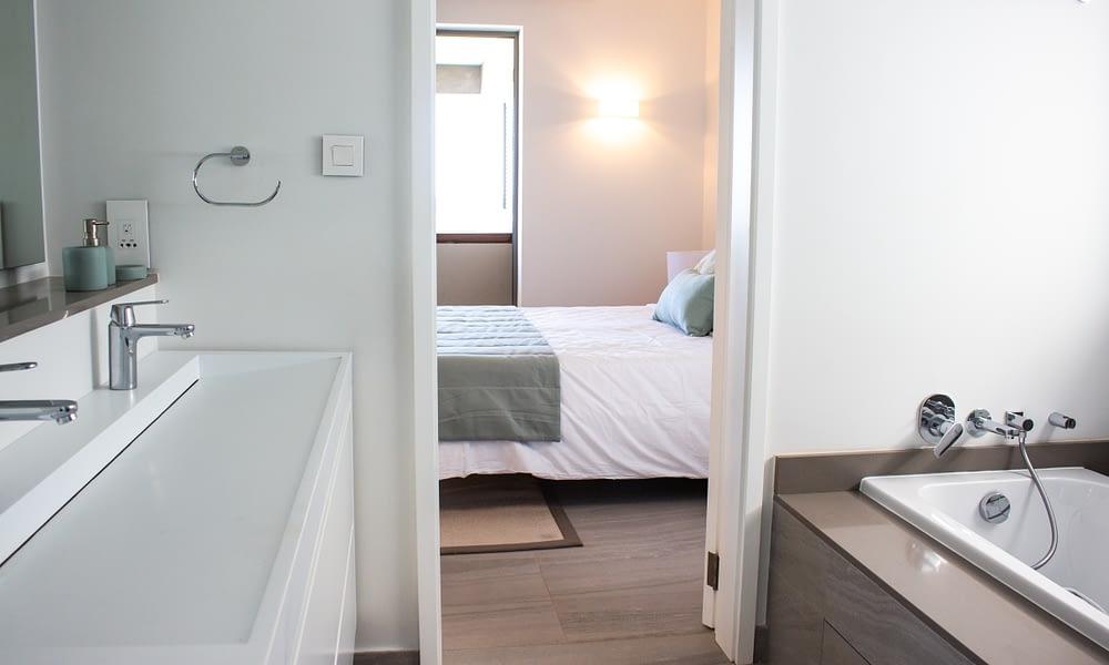 MANTA apartment bathroom 2 bathtub